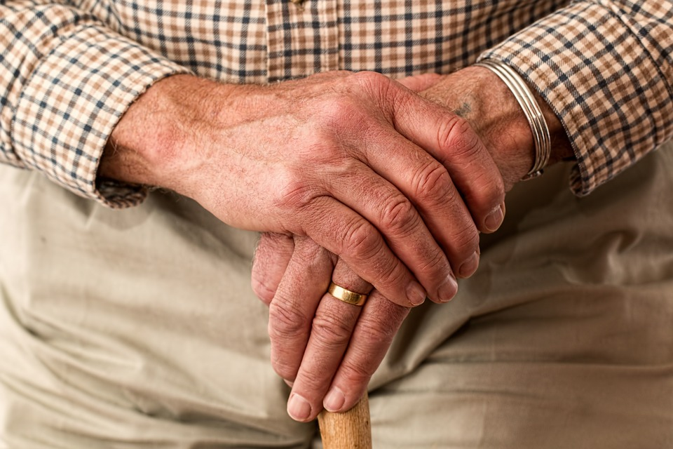 Aide aux personnes âgées : conseils pour bien choisir une auxiliaire de vie